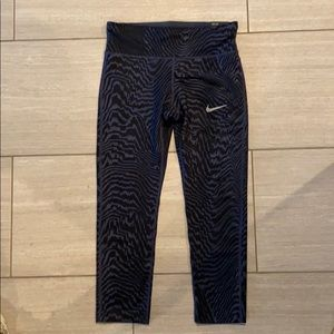 Nike NWT sz s Essential tight fit  crop pant
